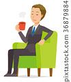 젊은 사업가 소파에 앉아 커피를 마시고있다 36879884