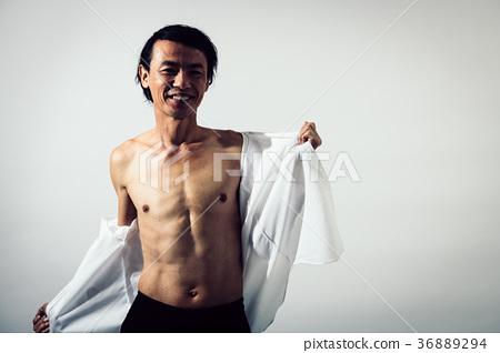 셔츠를 벗는 중년 남성 미소 36889294