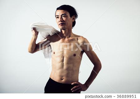 상반신 알몸의 중년 남성 근육 36889951