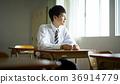 교실에있는 학생 36914779