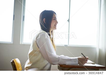 교실에서 공부를하는 학생 36914847