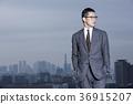 站立在屋顶的商人 36915207