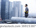 站立在屋顶的商人 36915387