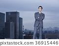 站立在屋顶的商人 36915446