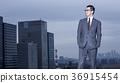 站立在屋頂的商人 36915454