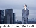 站立在屋顶的商人 36915506