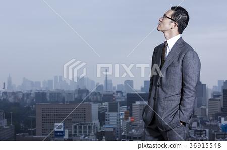 站立在屋頂的商人 36915548