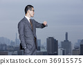 站立在屋頂的商人 36915575