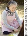 노인, 여자, 요리중 36923272
