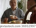 식사를하는 노인과 어린이 36932997