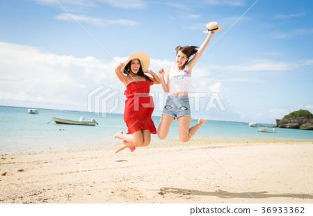 ผู้หญิงที่เดินทางในโอกินาว่า 36933362