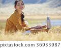 초원에서 일하는 여성 36933987