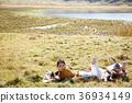 在草地上工作的女人 36934149