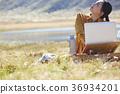 在草地上工作的女人 36934201