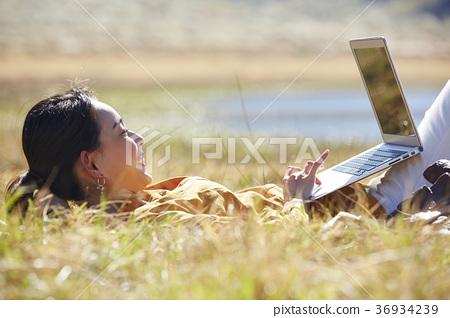 一個年輕成年女性 女生 女孩 36934239