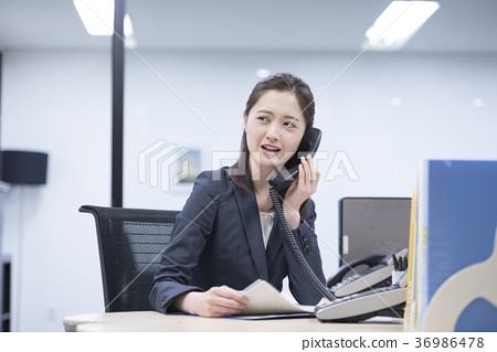 회사에서 싫은 얼굴을하고 전화 통화 젊은 여직원 36986478