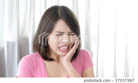 woman with toothache 37037987