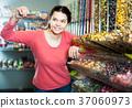 girl, buying, candies 37060973