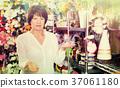 Customer in flower shop 37061180