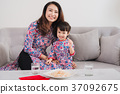 Vietnamese mother and daughter celebrate new year 37092675