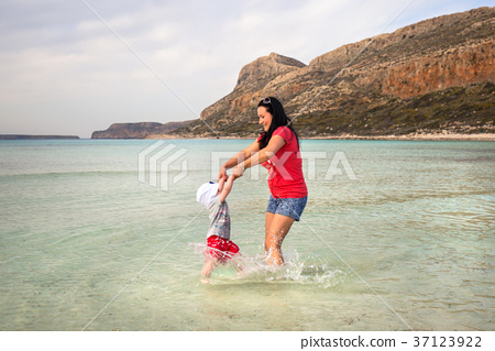 Mother with little girl playing in the water 37123922