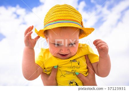 Little girl having fun on sunny beach 37123931