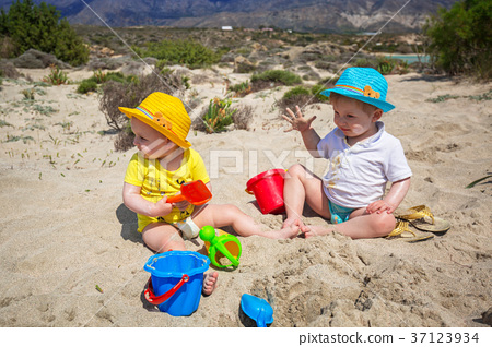 Twins playing in the sand on holidays in Greece 37123934