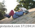 잔디 미끄럼을하는 여자 37139414