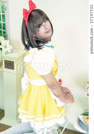메이드 의상 노란색 상반신 의자에 무릎을 세우고 바로 되돌아 보면서 미소 짓는 여성 37147332
