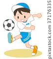 踢足球的男孩 37176335