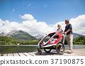 Senior couple with grandchildren in jogging 37190875