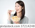 감자 칩을 먹는 여자 37214248