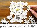 해결책을 찾기 전구가 그려진 퍼즐을 작성하는 37216022