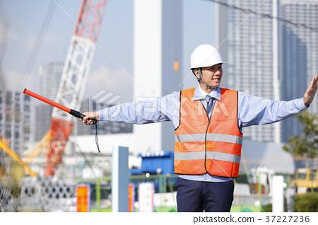 年輕男性土木工程師治安警衛衛兵人交通指導Gatten工作者 37227236