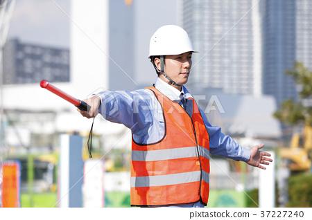 年轻男性土木工程师治安警卫卫兵人交通指导Gatten工作者 37227240