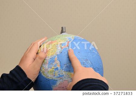 지구의 일본을 가리키는 아이 37271833