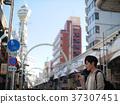 오사카 관광 스마트 폰을 볼 홀로 여행의 남자 37307451