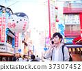 오사카 관광 스마트 폰에서 통화하는 홀로 여행의 남자 37307452