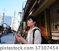 오사카 관광지도를 확인하는 홀로 여행의 남자 37307454