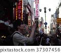 오사카 관광 스마트 폰에서 사진 촬영하는 남성 홀로 여행 37307456