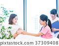 เจ้าหน้าที่ทางการแพทย์หญิงตั้งครรภ์คลำกระเพาะอาหาร 37309408