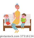 소파에 앉아 스마트 폰을 부모 일러스트 37316134