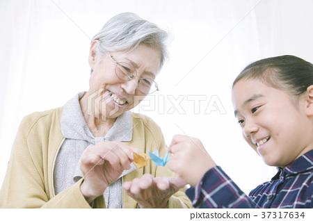 奶奶和折叠折纸的女孩 37317634