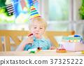 little boy celebrate birthday party  37325222