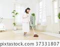 여성 쓸어 청소 거실 37331807