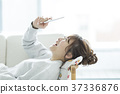 젊은 여성 스마트 폰 37336876