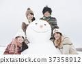 눈사람 주위에서 미소 대학생 37358912