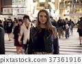 外国妇女观光的东京在晚上 37361916