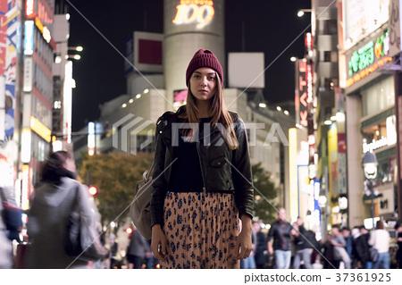 外国妇女观光的东京在晚上 37361925