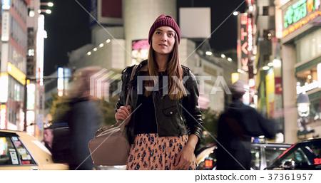 外國婦女觀光的東京在晚上 37361957